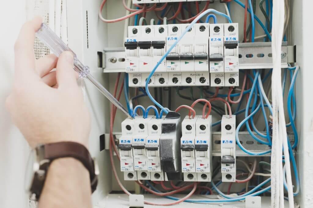ช่างไฟฟ้า งานระบบไฟฟ้า แก้ไขงานไฟฟ้าขัดข้องประจำบ้าน